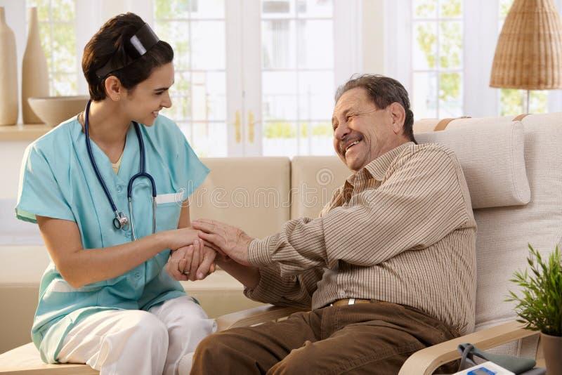 Infirmière heureuse et patient plus âgé photographie stock