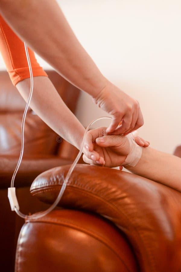 Infirmière insérant un IV image stock