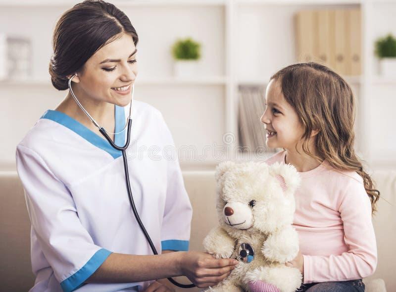 Infirmière joyeuse Plays avec le patient image stock