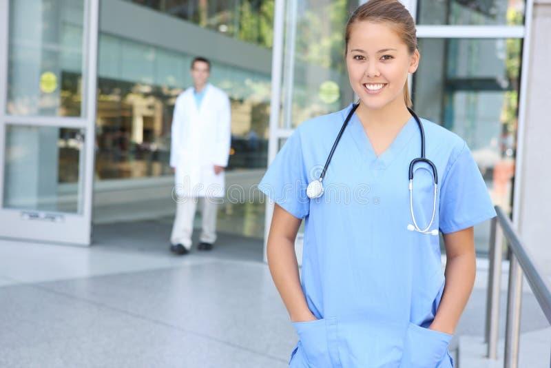 Infirmière médicale réussie de femme à l'hôpital images libres de droits