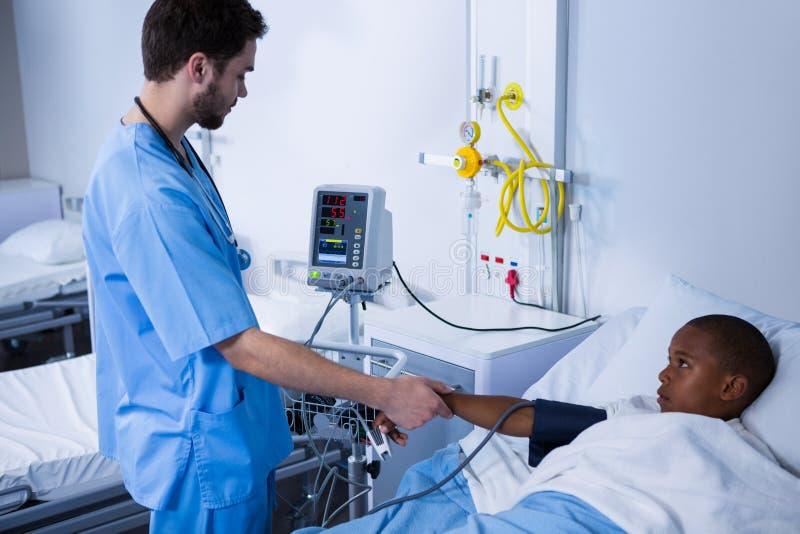 Soignez Donner Une Injection Au Patient Dans La Salle..
