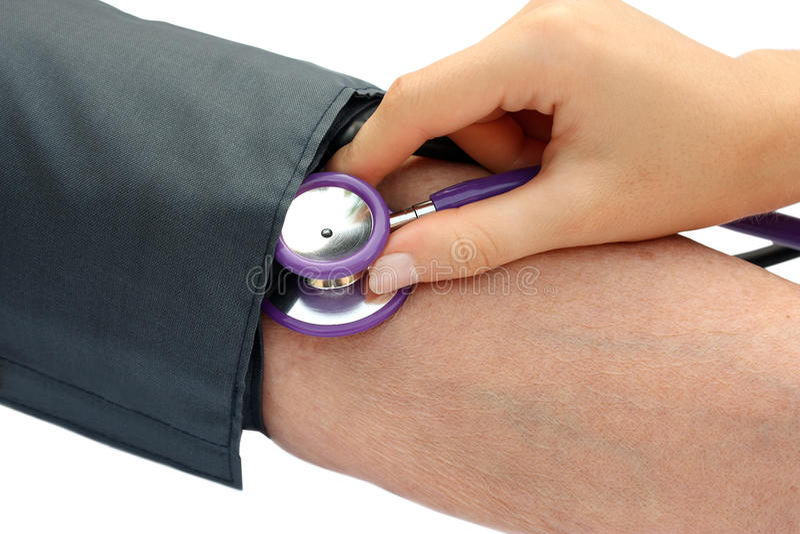 Infirmière mesurant la tension artérielle image stock