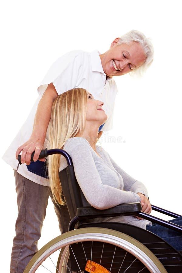 Infirmière parlant au femme handicapé photo stock