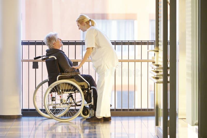 Infirmière patiente de fauteuil roulant photos libres de droits