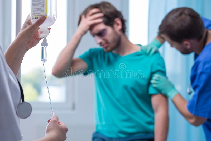 Infirmière préparant l'égouttement intraveineux photos libres de droits