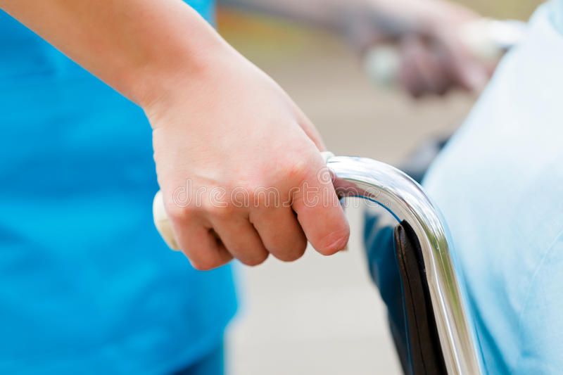 Infirmière Pushing Wheelchair image stock
