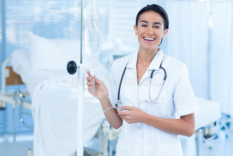 Infirmière reliant un égouttement intraveineux photos libres de droits