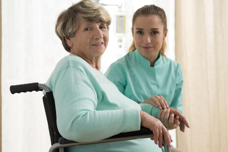 Infirmière s'inquiétant de la dame supérieure photo libre de droits