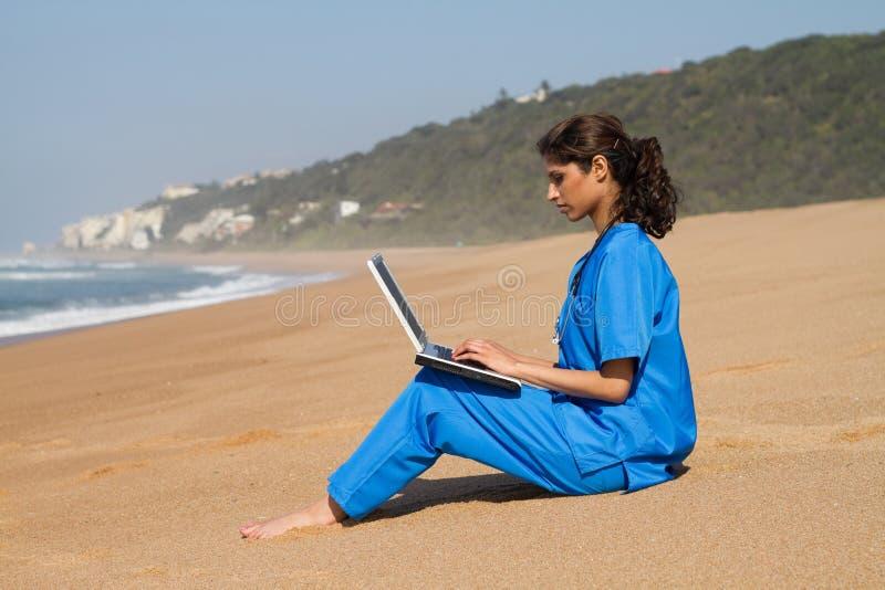 Infirmière sur la plage photographie stock libre de droits