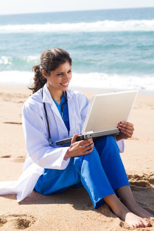 Infirmière sur la plage photos libres de droits