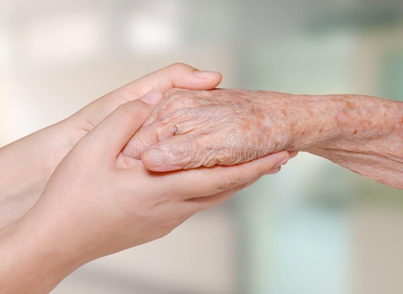 Infirmière tenant la vieille main patiente photo libre de droits