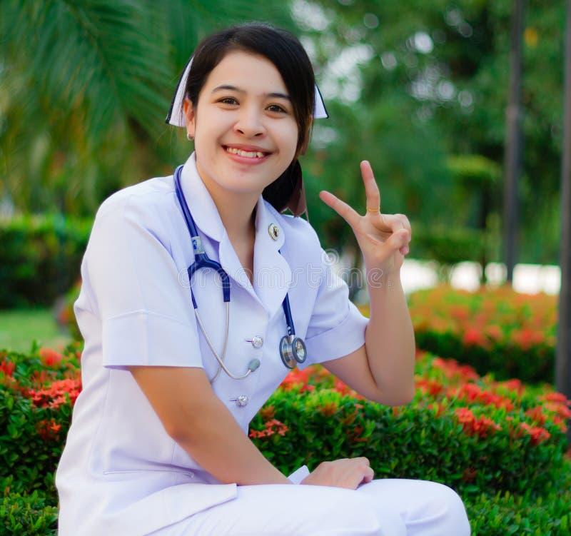 Infirmière thaïe souriant avec le stéthoscope photo stock