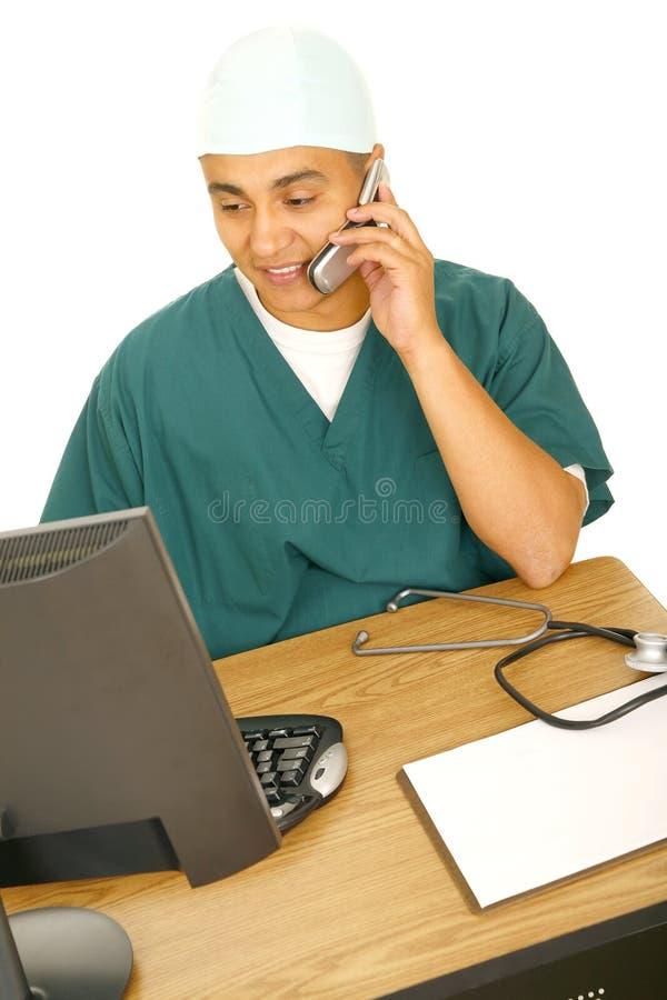 Infirmière travaillant sur l'ordinateur photos stock