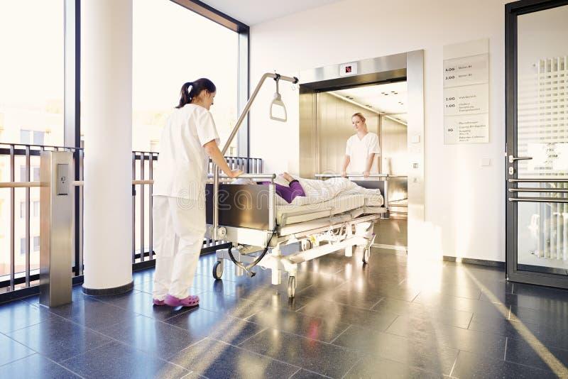 Infirmières patientes d'hôpital de lit photographie stock
