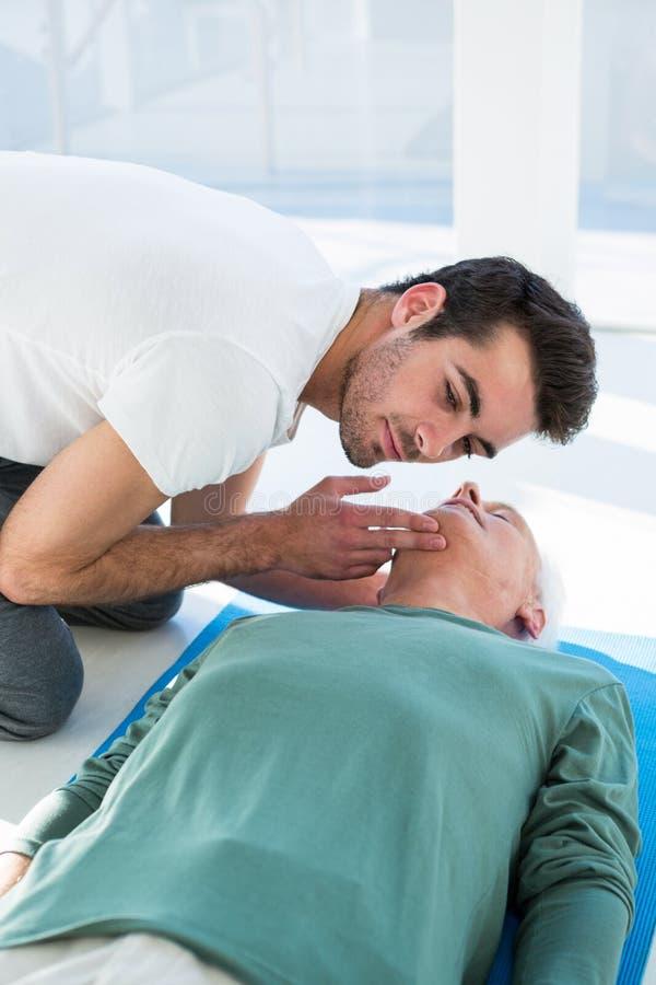 Infirmier exécutant la ressuscitation sur le patient photos stock
