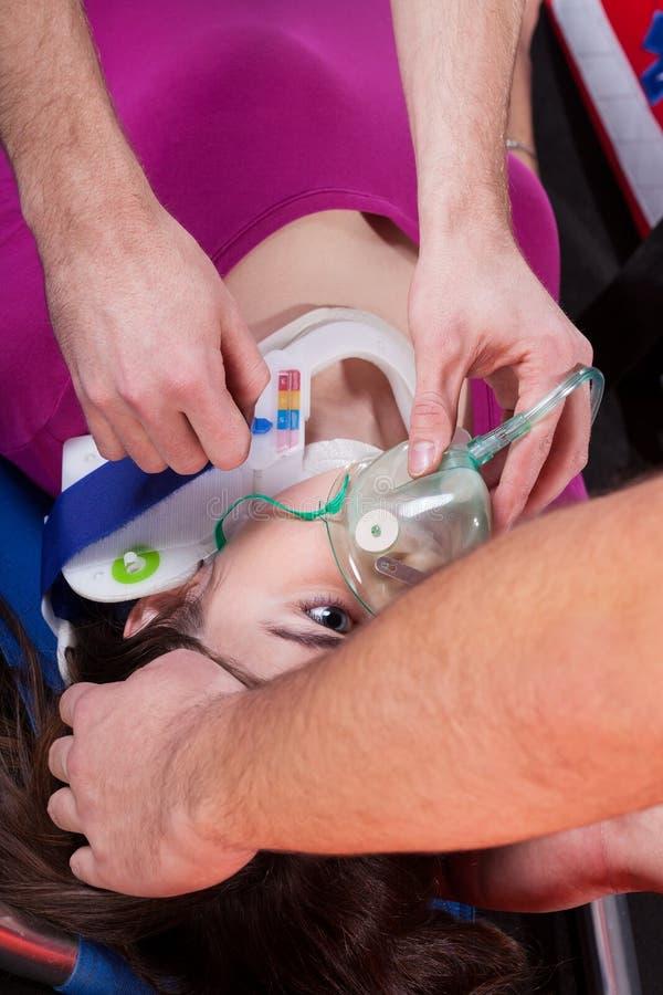 Infirmiers employant le masque à oxygène photographie stock libre de droits
