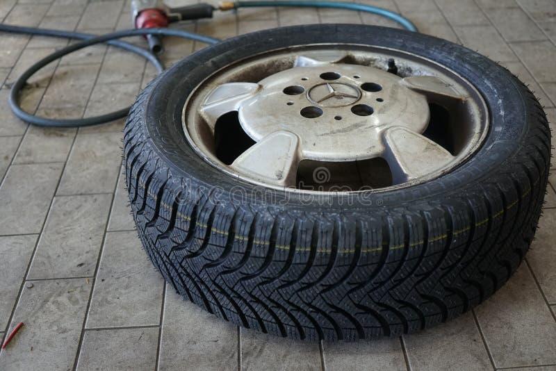 Inflación de los neumáticos foto de archivo libre de regalías