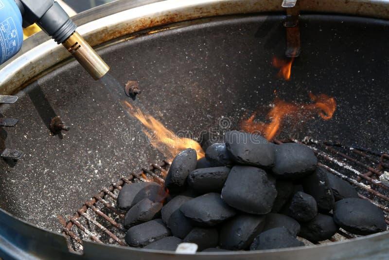 Inflama??o do fogo para cozinhar em uma grade fotografia de stock
