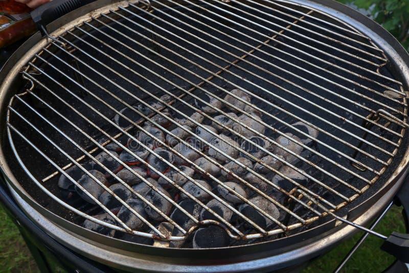 Inflama??o do fogo para cozinhar em uma grade foto de stock royalty free