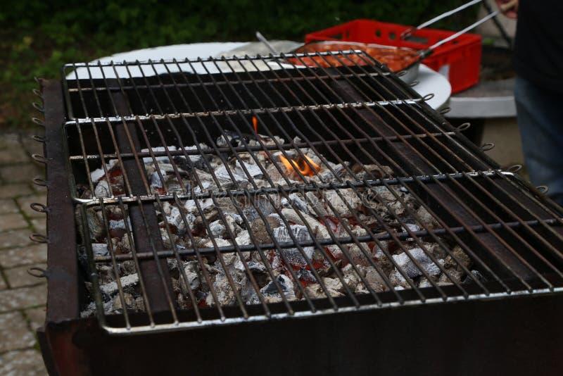 Inflama??o do fogo para cozinhar em uma grade fotos de stock