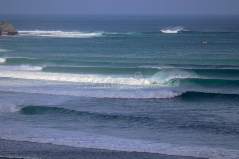 Inflamación grande de las ondas agradables durante la sesión de la puesta del sol en un punto de la persona que practica surf en  fotos de archivo libres de regalías