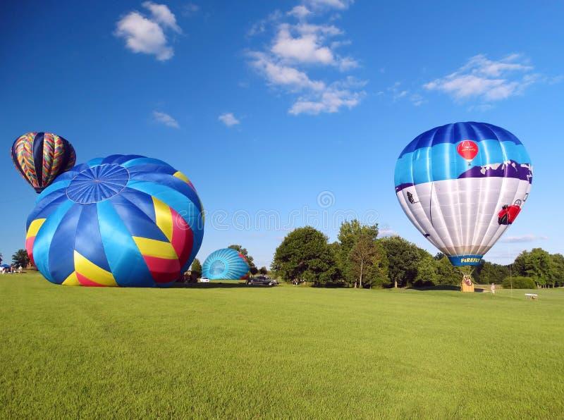 Inflando balões de ar quente foto de stock
