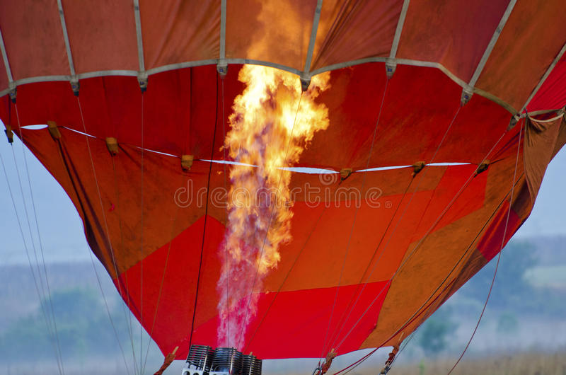 Inflando o balão de ar quente foto de stock royalty free