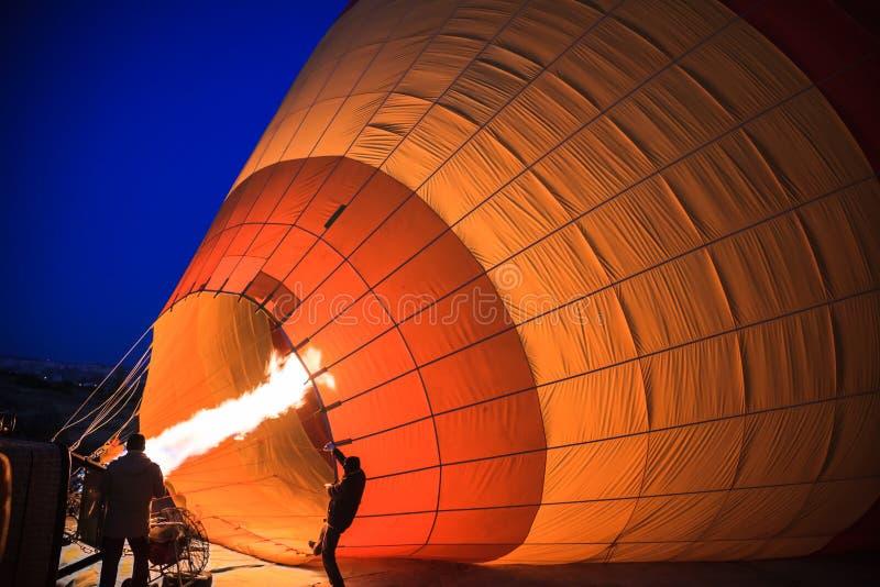 Inflation av ballongen för varm luft arkivbild