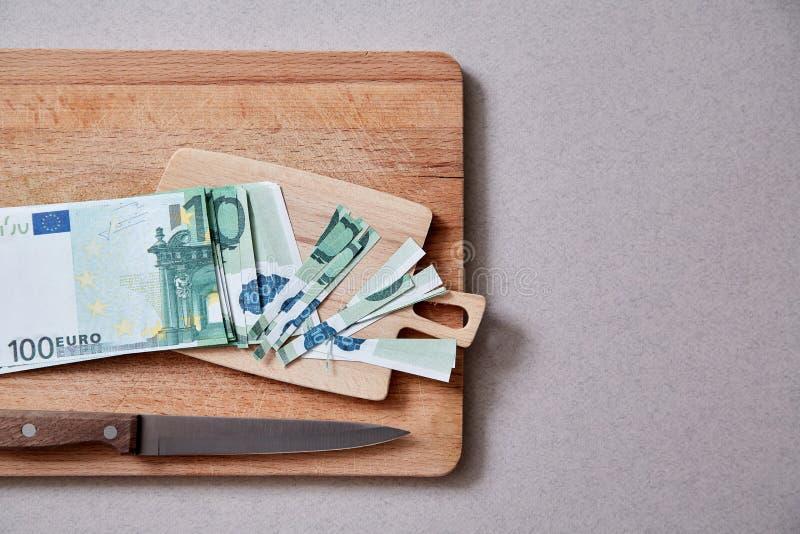 Inflation- och avskrivningpengar, begrepp Konkurs eller finansiellt armod Eurosedlar som klipps in i små stycken fotografering för bildbyråer