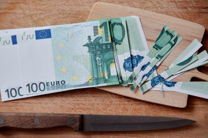 Inflazione, soldi di ammortamento, concetto Fallimento o rovina finanziaria e povertà Le euro banconote incidono i piccoli pezzi immagine stock