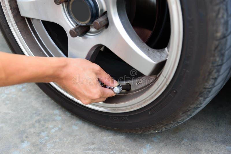 Infle los neumáticos y la presión del control foto de archivo libre de regalías