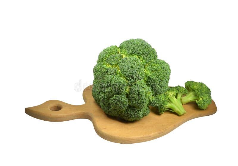 Inflorescences av huvud av broccolilaten för grön kål Brassicaoleracea, Brassicasylvestrison en träkökskärbräda royaltyfri bild