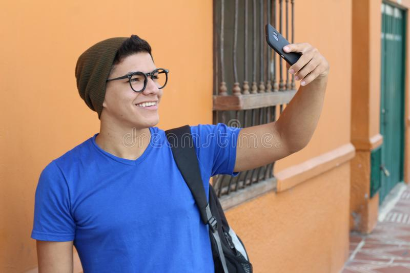 Influencer étnico que toma un selfie imagen de archivo