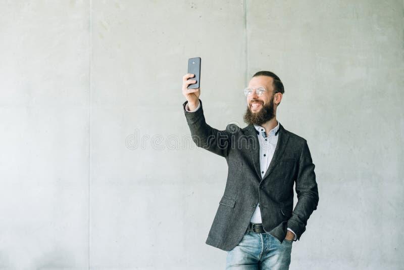 Influencer sociale di media della vettura del selfie dell'uomo di affari fotografia stock libera da diritti
