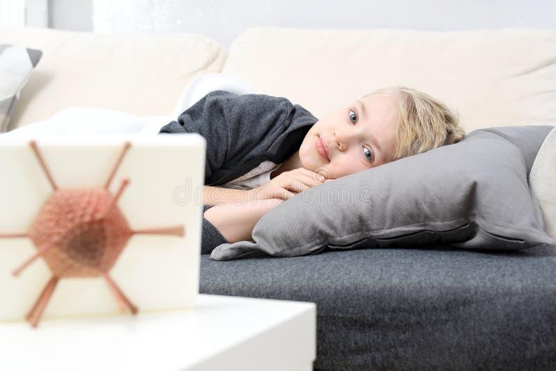 Influensa och förkylning Förhindrande i behandlingen av sjukdomar royaltyfria bilder