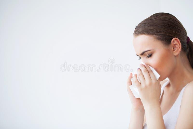 Influensa och sjuk kvinna Sjuk kvinna som använder det pappers- silkespappret, pro-Head förkylning arkivbilder