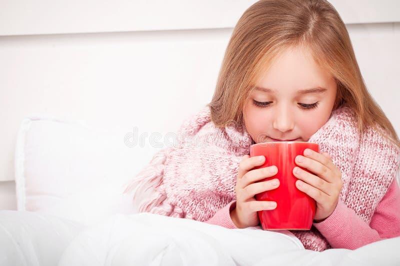 influensa Sjuk liten flicka med varmt citronte arkivbild