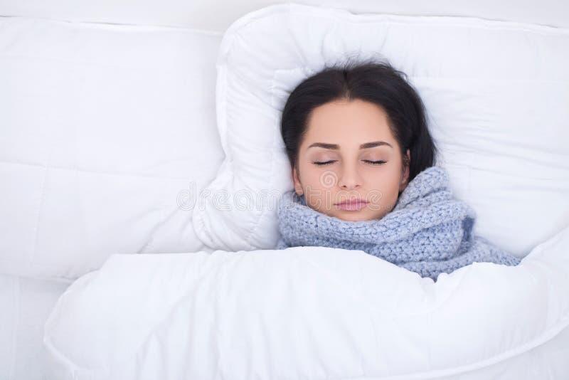influensa Sjuk ung kvinna som hemma vilar i sängen arkivfoto