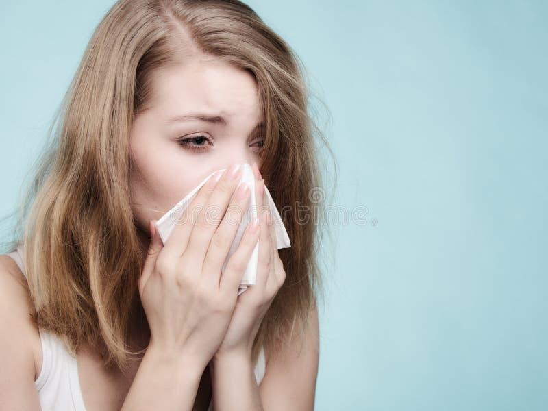 Influensaallergi Sjuk flicka som nyser i silkespapper hälsa royaltyfria bilder