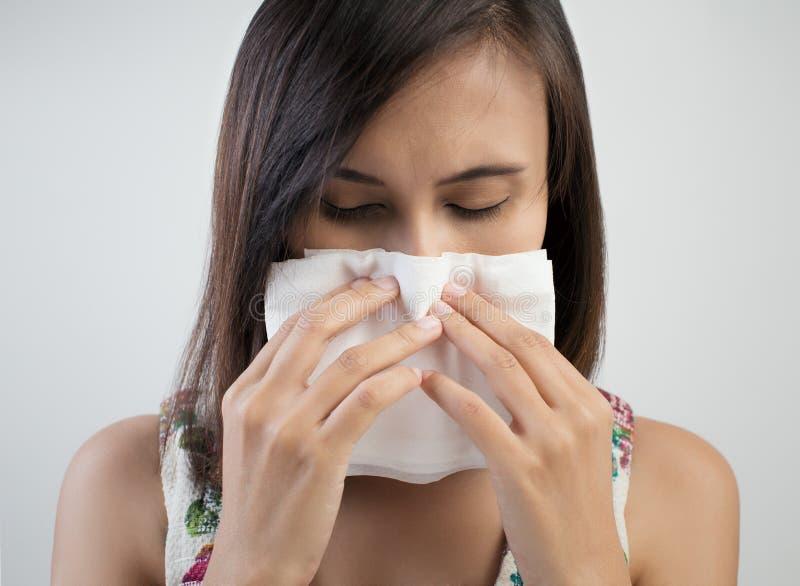 Influensaförkylning eller allergitecken arkivbild