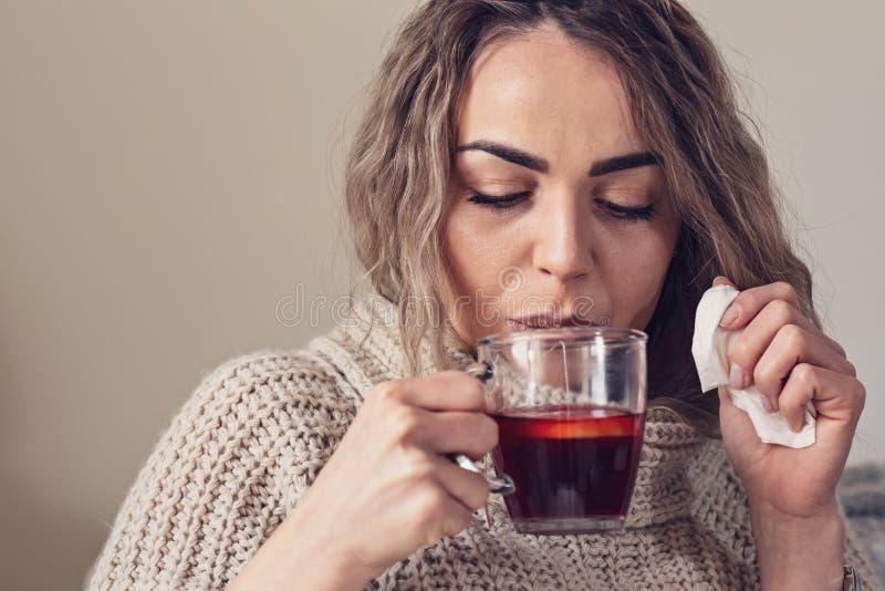 Influensaförkylning eller allergitecken Sjuk ung kvinna med febersneezin arkivfoton