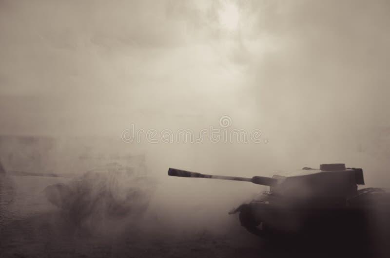 Inflyttning för stridbehållare öknen i dimma Krigplatsgarnering soldater arkivbild