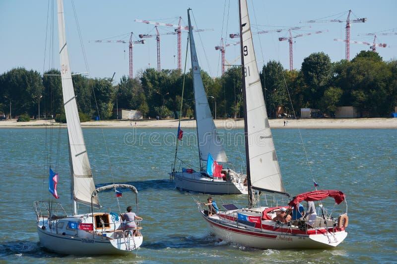 Inflyttning för tre yachter den samma riktningen längs riven arkivfoton