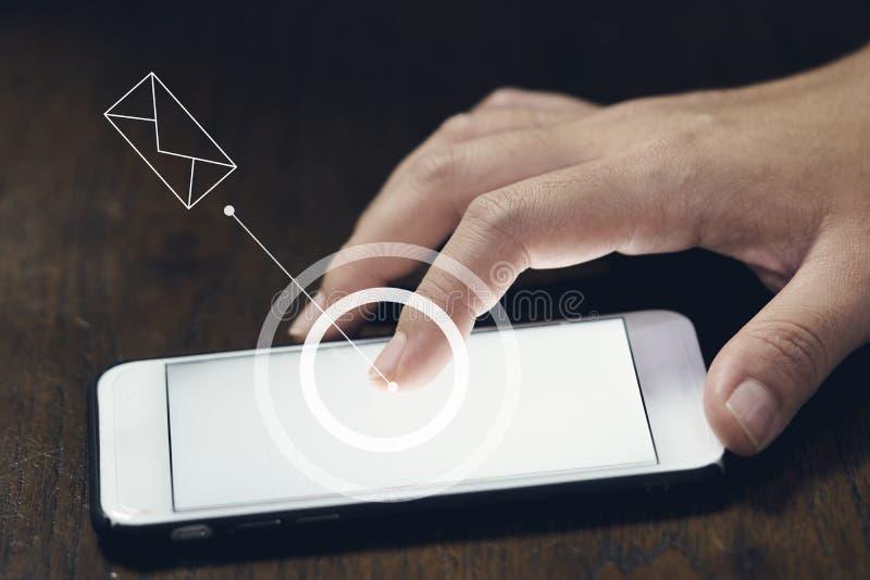 Infographics circunda y el email del indicador del ` s de la mujer de A toca o toca la pantalla móvil del phonesmartphone que se  foto de archivo libre de regalías