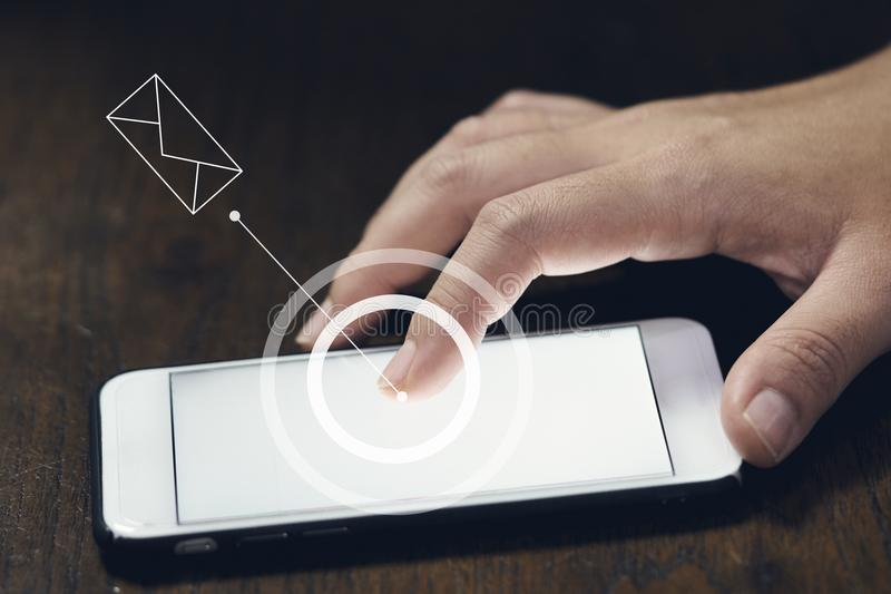 Infographics cirklar och mejl av pekaren för a-kvinna` s trycker på eller trycker på den mobila phonesmartphoneskärmen som förläg royaltyfri foto