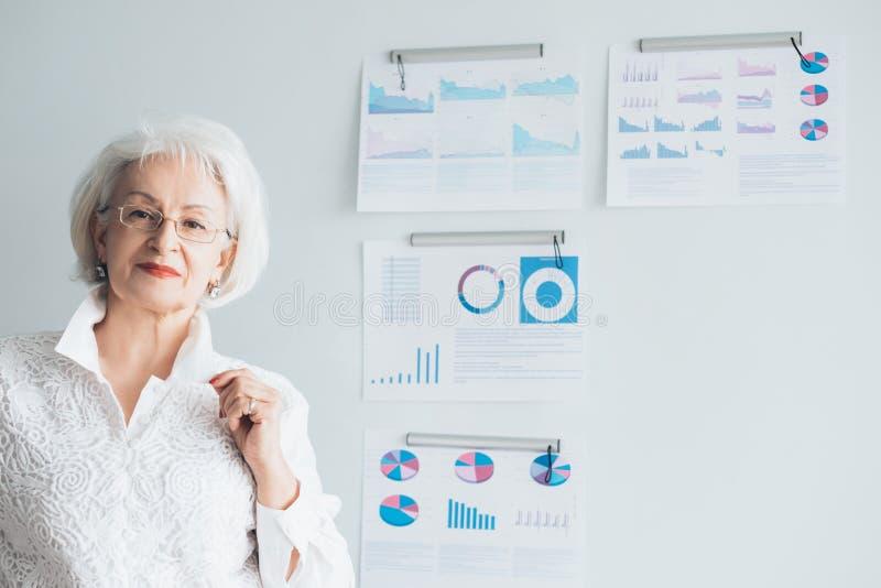 Infographics del análisis de la presentación de la señora del negocio foto de archivo