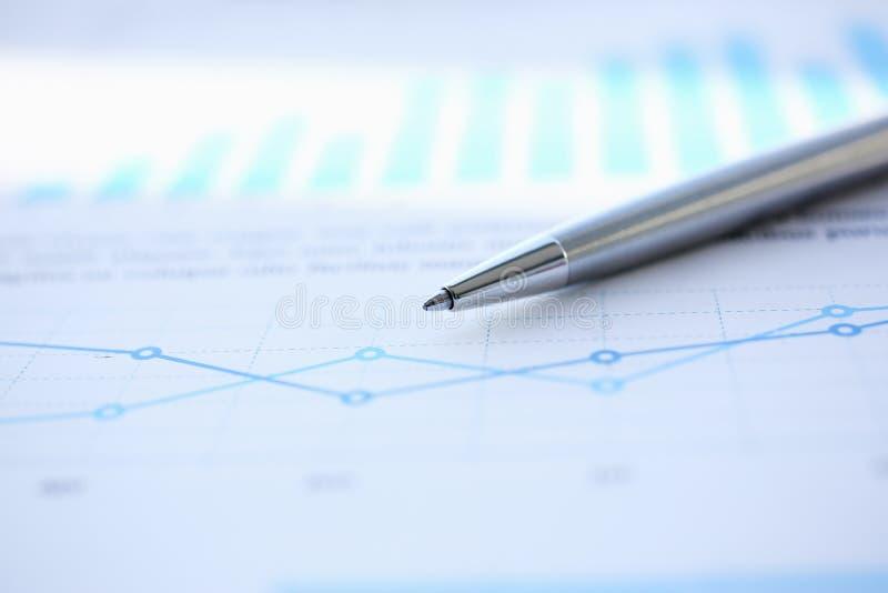 Infographics financier de stylo de boule de documents de statistiques images libres de droits