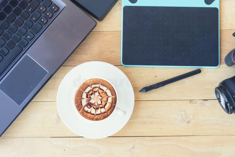 Infographie et dispositif de caméra avec du café chaud de cappuccino image stock
