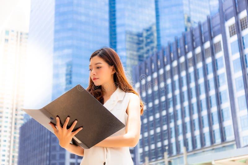 Informação bonita atrativa da leitura da mulher de negócios do busine imagens de stock royalty free