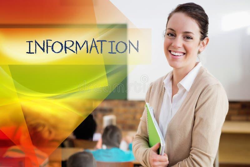 Informação contra o professor bonito que sorri na câmera na parte traseira da sala de aula imagens de stock